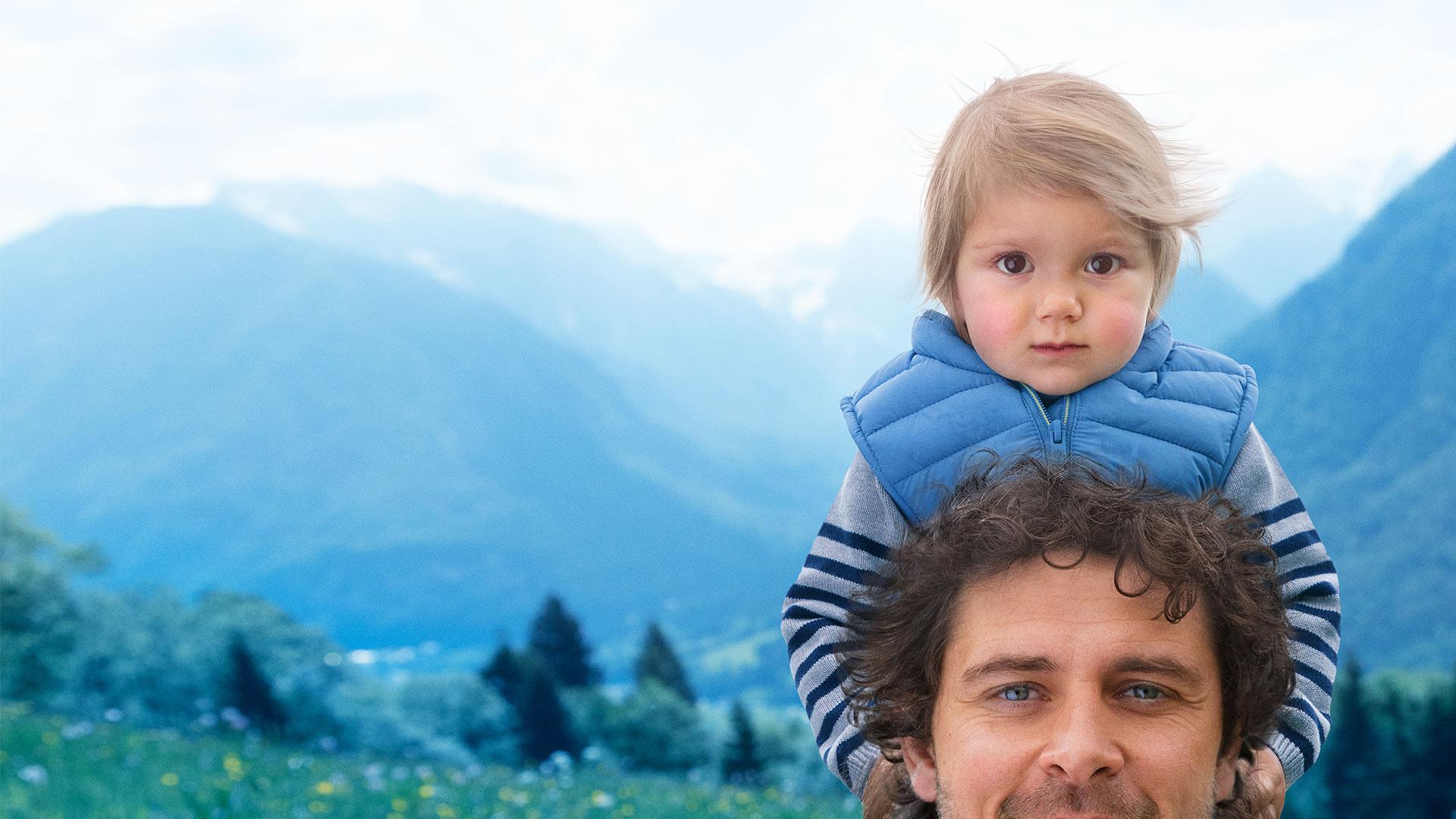 Toddler on dads shoulders