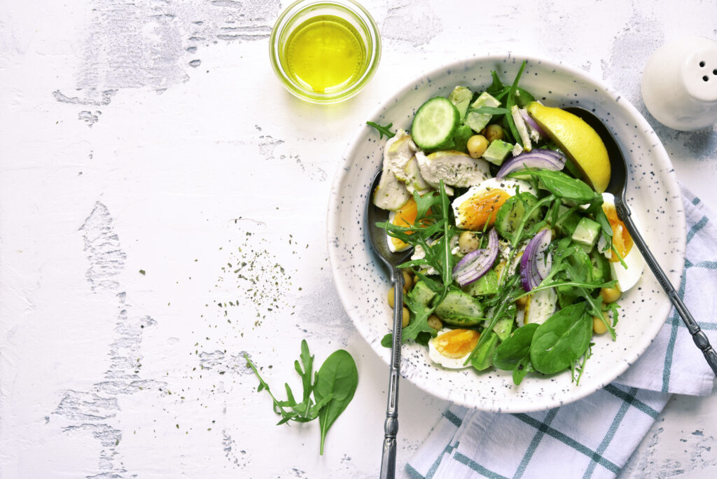 Green salad with chicken, eggs and chickpeas