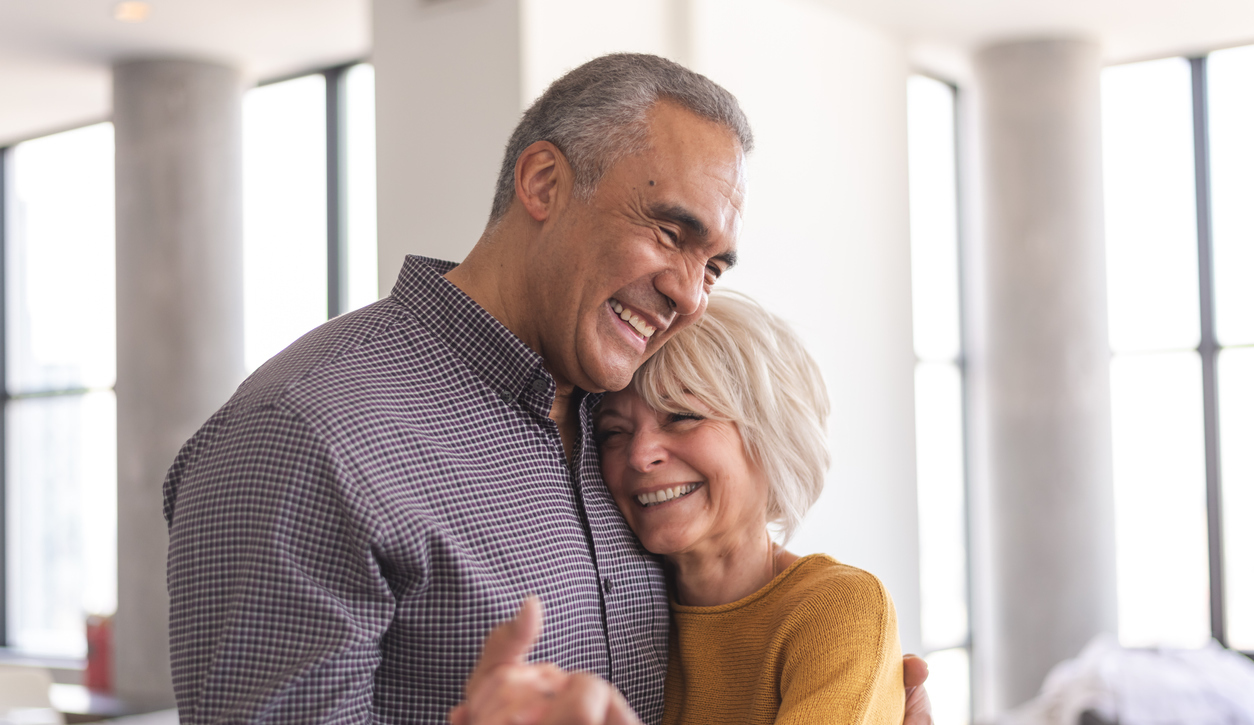 Man and woman hugging in there living room | Fortisip | Nutricia